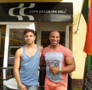 Interviewpartner Giovanni und Renato, der Cousin von Café-Betreiberin Rosimar, vor dem Copa Brazilian Deli.