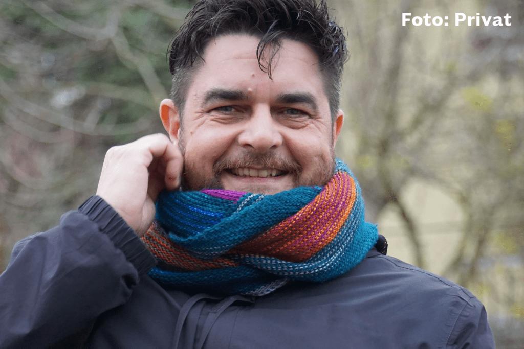 Klemens Ketelhut lächelt vor Waldhintergrund. Er setzt sich gegen Konversionstherapien ein.