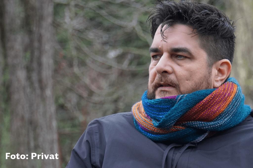 Klemens Ketelhut vor Waldhintergrund nachdenklich blickend. Er setzt sich gegen Konversionstherapien ein.