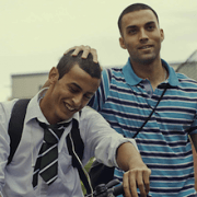 Rashid (r.) will, dass sein kleinerer Bruder Mo ein besseres Leben hat (Szenenfoto: Edel)